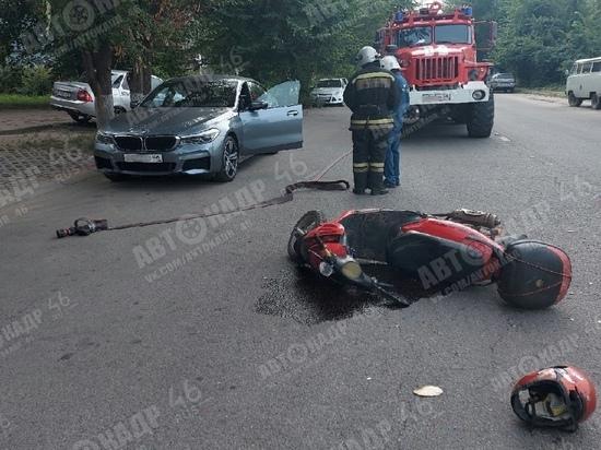 В Курске автоледи на BMW открыла дверь машины и заставила опрокинуться скутериста