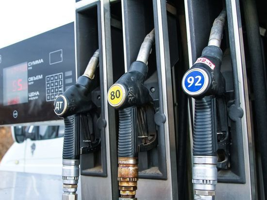 Цены на бензин в регионах РФ упали впервые за год