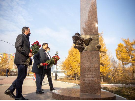 Глава Якутии принял участие в церемонии возложения цветов к памятнику Георгию Кадзову