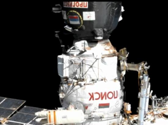Российские космонавты с красными и синими лампасами вышли в космос