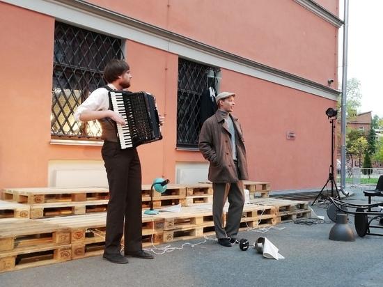 В Пскове состоялась премьера уличного спектакля «Я шагаю по Москве»