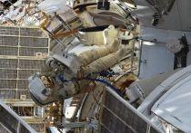 Космонавт Олег Новицкий оттолкнул скреплённые друг с другом крышку катушки кабеля Ethernet, чехол и клапаны в открытый космос