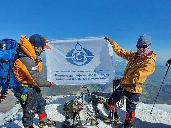 Врач-альпинист из Омска совершила восхождение на Эльбрус