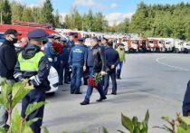Сотрудники МЧС оцепили место погребения главы ведомства Евгения Зиничева на Северном кладбище