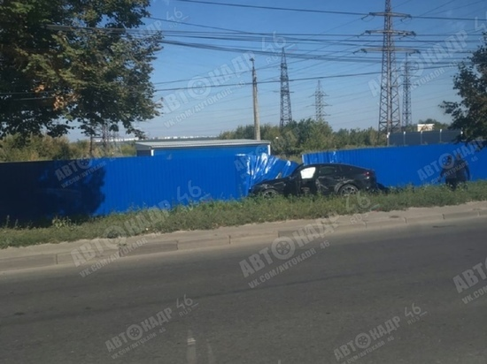 В Курске внедорожник BMW X6 вылетел в кювет и врезался в забор