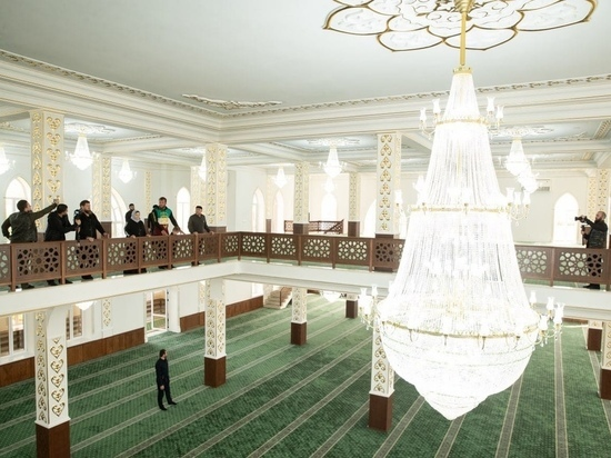 В чеченском селе Энгель-Юрт открыли мечеть на семь тысяч человек