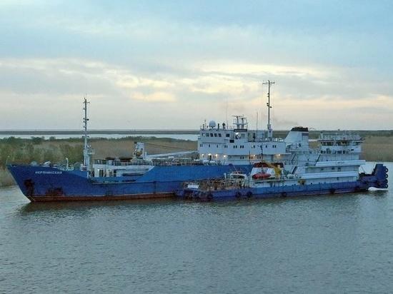 По пути в порт Астрахани теплоход сел на мель