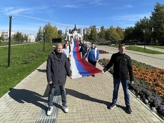 В Костроме патриотическая молодежь развернулся российский флаг длиной 40 метров
