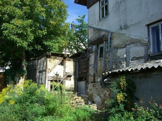 «Штукатурка сыпется на голову кусками»: кузбассовцы боятся обрушения крыши в жилом доме