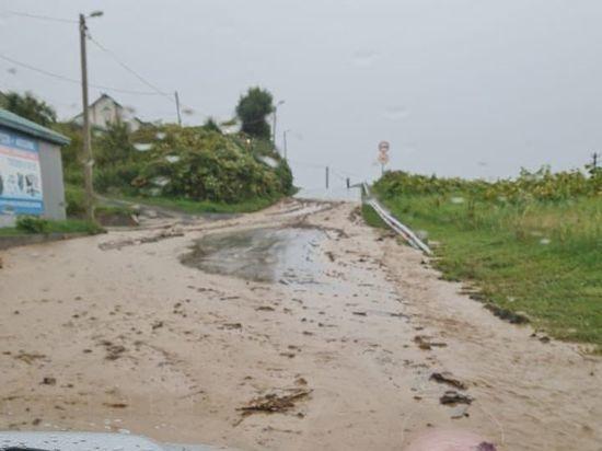 В Невельском районе дороги расчищают от селей