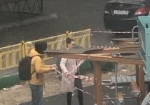 Жители Надыма пожаловались на сотрудников местной администрации, которые устроили на недостроенной детской площадке показную фотосессию, чтобы отчитаться перед окружными властями о проделанной работе