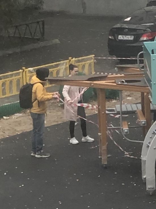 Сорвали ленту ради отчета перед властями: показная фотосессия детей на недостроенной площадке возмутила жителей Надыма