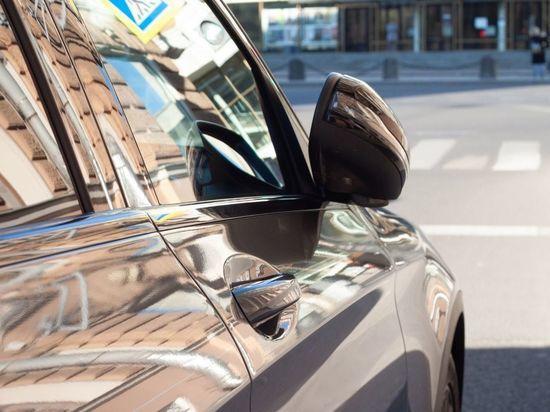 На улице Есенина заметили припаркованный на тротуаре автомобиль депутата