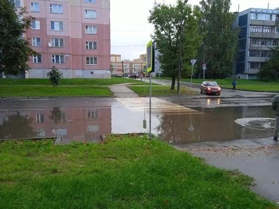 Пешеходный переход затопило на улице Звездной в Пскове