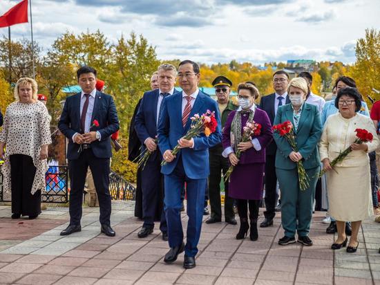 Глава Якутии принял участие в возложении цветов к памятнику погибшим в Великую Отечественную войну