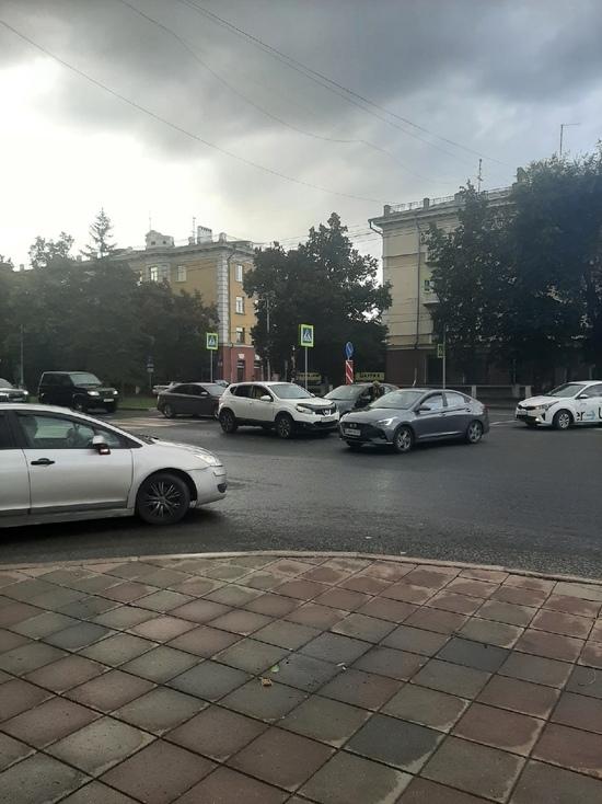 В Кемерове из-за аварии ухудшился проезд рядом с драмтеатром
