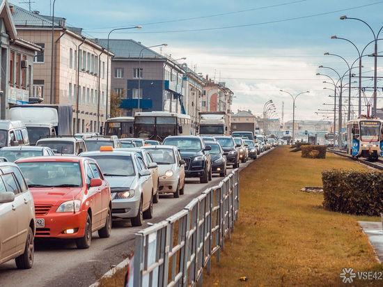 Пробки сковали движение автотранспорта в центре Кемерова