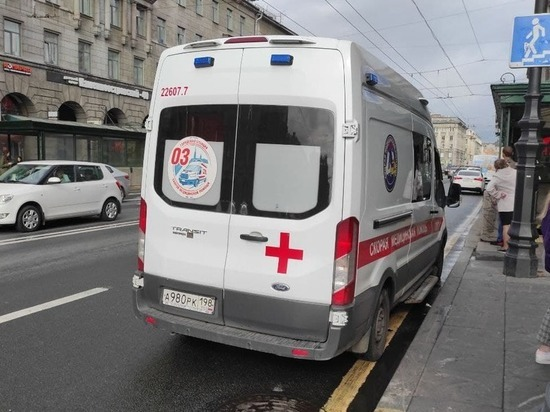Петербурженка обварила ногу, провалившись под землю