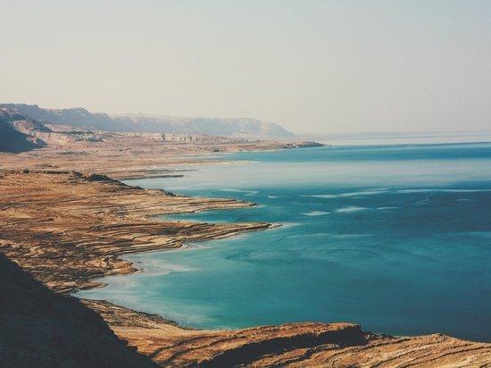 Вода в озере возле Мертвого моря стала кроваво-красной