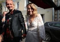 Телеведущая Ксения Собчак и режиссер Константин Богомолов отмечают вторую годовщину свадьбы