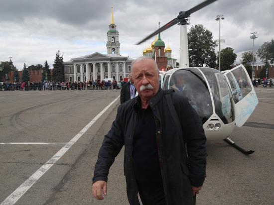 Леонид Якубович прилетел на голубом вертолете и раздал 500 эскимо