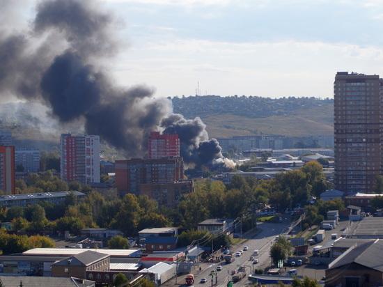 Бокс авторазборки горит на улице Дорожной,16 в Красноярске