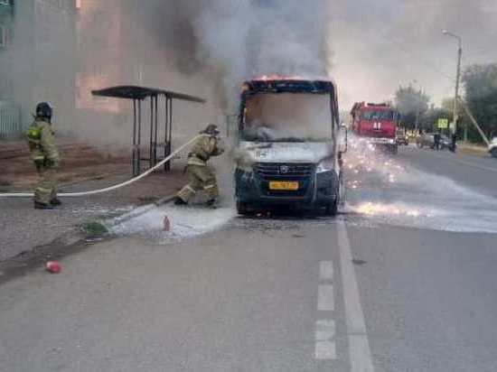 В Астрахани утром полностью сгорела маршрутка № 64