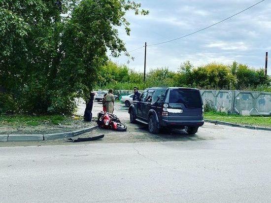 Мотоциклист попал под колеса внедорожника в Барнауле
