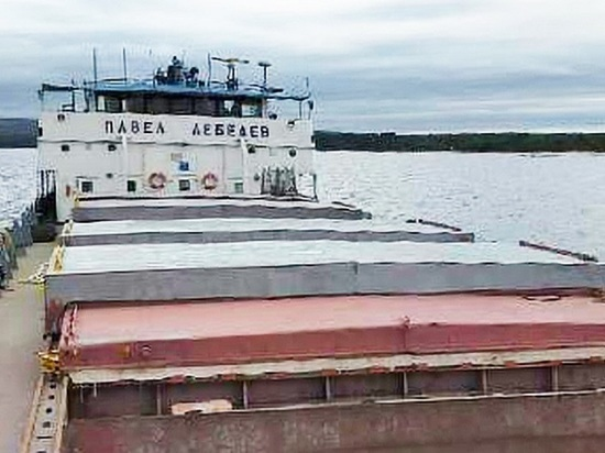 Севший на мель в Онежском озере сухогруз отбуксировали в порт