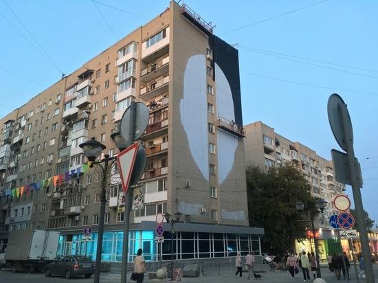 В мэрии пояснили, что за гигантское лицо появилось в центре Саратова