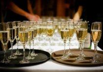 Производители шампанского из одноименного региона Франции, которые некоторое время назад приостановили поставки из-за требования называться в России игристым вином, возобновят экспорт напитка на наш рынок уже 15 сентября