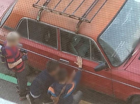 В Рязани дети пытались вскрыть машины на улице Большой