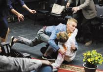 «Кого ты больше любишь — Путина или «берлинского пациента»?» — так начинается премьерный спектакль «Бешеный хворост» в Школе современной пьесы
