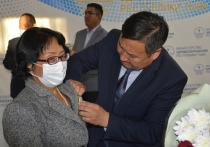 Врио главы Тувы вручил медикам госнаграды