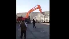 Разгневанный водитель разгромил ковшом эскаватора парк грузовиков: видео