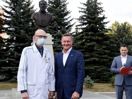 Губернатор Курской области Роман Старовойт вручил медикам областные награды