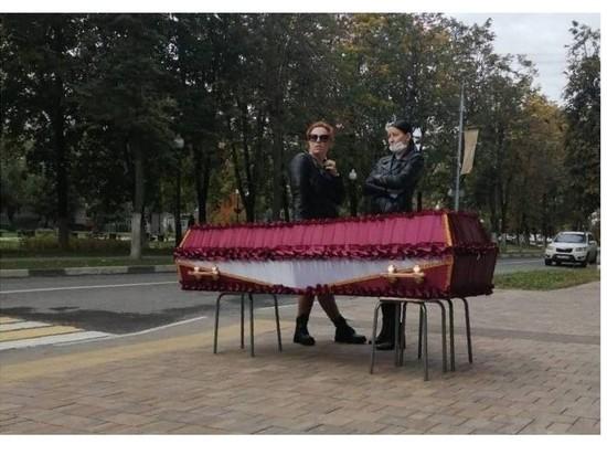 СК вызвал женщину, поставившую гроб с телом сестры у администрации Балашихи