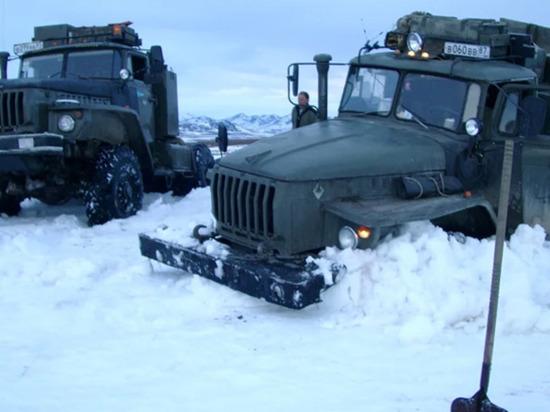 Операцию по спасению колонны грузовиков проводят на Чукотке
