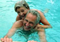 Пожилые люди часто более уязвимы перед заболеваниями. Дело в том, что с возрастом организм слабеет, и естественный иммунитет уже хуже справляется с нападениями вирусов и бактерий. Именно поэтому пожилые люди часто страдают от затяжных простуд и осложнений после вирусных инфекций. Помимо этого, в результате сбоя работы иммунной системы у пожилых людей могут развиться различные аутоиммунные заболевания, справляться с которыми становится тем сложнее, чем человек старше.