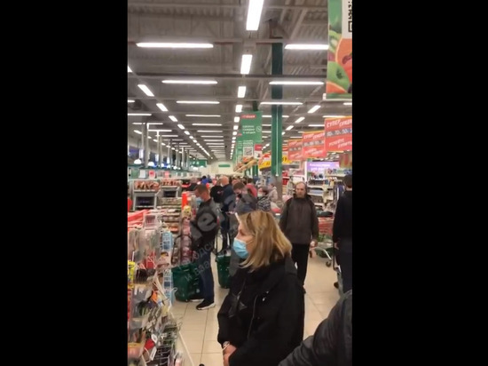 «Жалко тележку неоплаченную оставить?»: петербуржцы не оценили ожидание покупателей у сломанных касс в «О'кей»