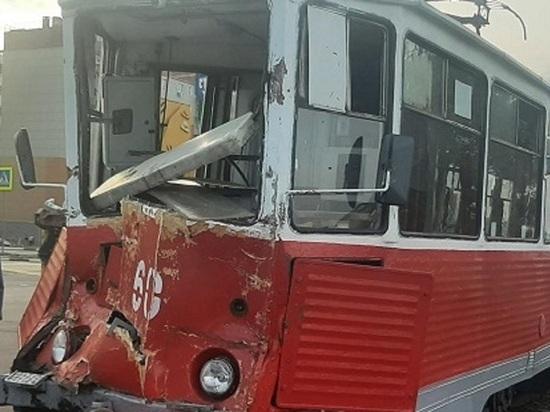 На перекрестке в Старом Осколе столкнулись КамАЗ и трамвай