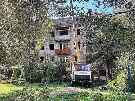 Демонтаж аварийного здания идёт в Серпухове