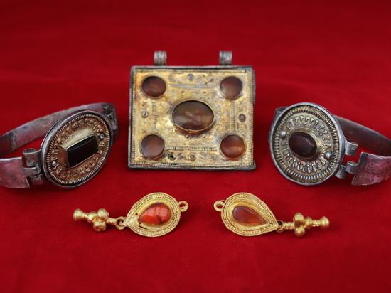 В Крыму нашли редкую коллекцию древних украшений и оружия