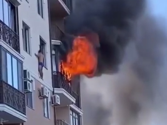 В Анапе спасавшийся от пожара мужчина вышел на карниз 4-го этажа
