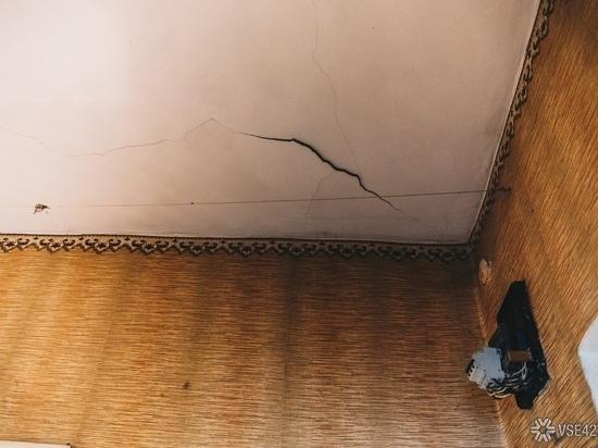 В подъезде кемеровского жилого дома рухнул потолок