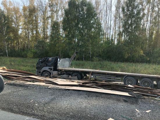 У фуры сплющило кабину в ходе жёсткого ДТП на кузбасской трассе