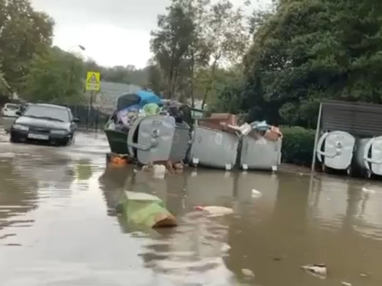 В Сочи ливень затопил улицу и разнес мусор из баков