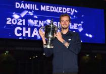 После победы на US Open Даниилу Медведеву вручили чек на 2,5 млн долларов — именно столько призовых положено за победу на Открытом чемпионате США. Эта довольно солидная сумма наверняка поможет ему подняться в рейтинге самых высокооплачиваемых теннисистов в следующем году. «МК-Спорт» считает деньги Медведева и рассказывает, почему Даня не гонится за заработком.