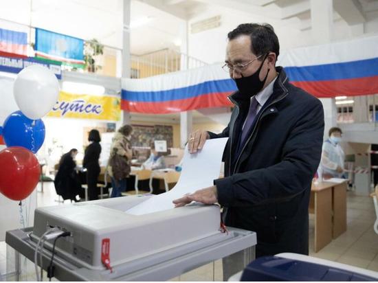 Айсен Николаев с супругой проголосовали на одном из участков в Якутске