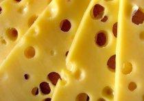 Куском сыра твердых сортов насмерть подавился 26-летний москвич в четверг в своей квартире на западе Москвы